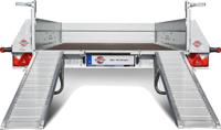 Die extra breiten ALU-Auffahrrampen sind robust, rutschfest, hochklappbar sowie über die Ladebreite individuell veschiebbar und passen sich somit fast jeder Spurbreite an.